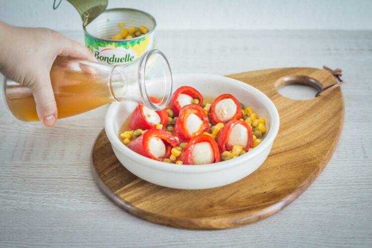 Roladki z pieczonej papryki z mozzarellą i kukurydzą z groszkiem - Krok 5