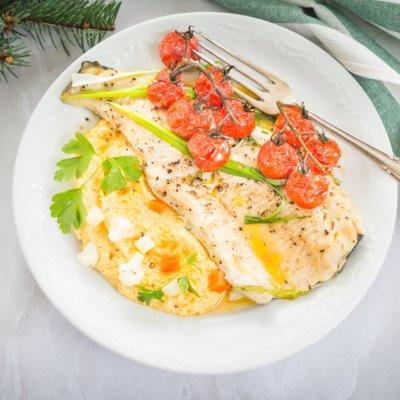 Pieczony pstrąg z pomidorkami na purée kalafiorowym