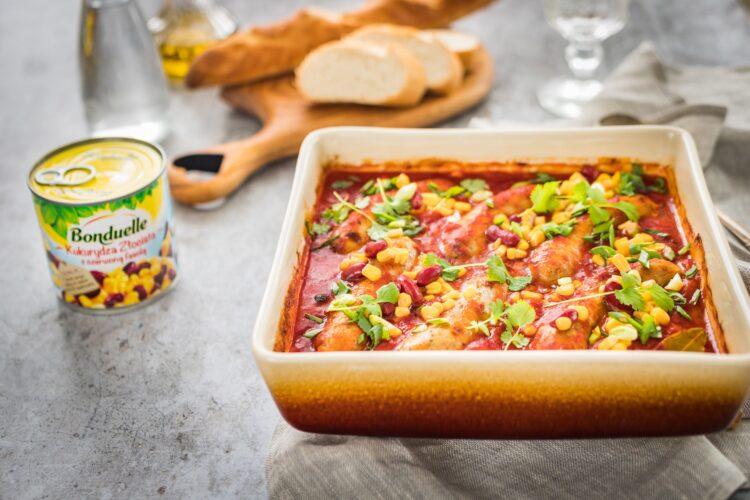 Biała kiełbasa pieczona w sosie pomidorowo paprykowym z kukurydzą złocistą z czerwoną fasolą