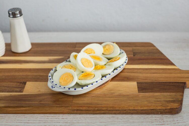 Jajka zapiekane z szynką, pomidorkami i kukurydzą w sosie serowym - Krok 1