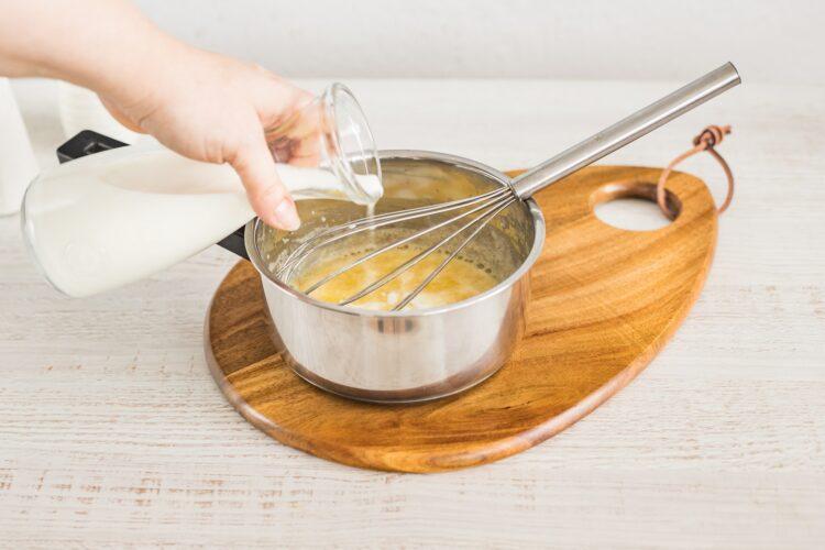 Kotleciki z białej kiełbasy z marynowanymi pieczarkami w sosie koperkowym - Krok 2