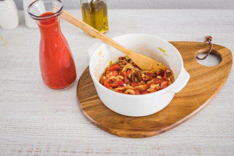 Biała kiełbasa pieczona w sosie pomidorowo paprykowym z kukurydzą złocistą z czerwoną fasolą - Krok 2