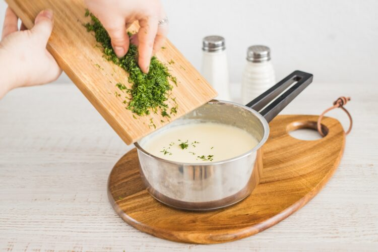 Kotleciki z białej kiełbasy z marynowanymi pieczarkami w sosie koperkowym - Krok 3