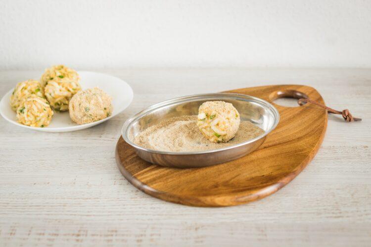 Kotlety z selera z sałatką z marynowanych pieczarek, pomidorów i jajek przepiórczych - Krok 3