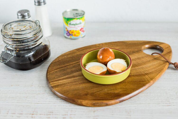 Sałatka ze szpinaku z kukurydzą złocistą z chili z jajkami marynowanymi w sosie sojowym - Krok 3