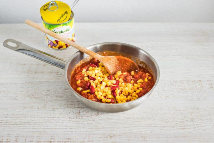 Jajka po ranczersku z kukurydzą z czerwoną fasolką - Krok 3