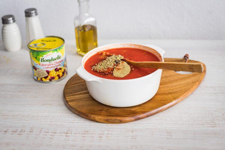 Biała kiełbasa pieczona w sosie pomidorowo paprykowym z kukurydzą złocistą z czerwoną fasolą - Krok 3