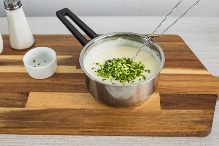 Jajka zapiekane z szynką, pomidorkami i kukurydzą w sosie serowym - Krok 3