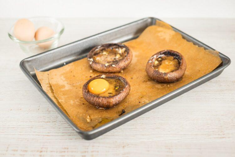 Grzyby portobello z jajkiem i groszkiem z wiosenną sałatką - Krok 4