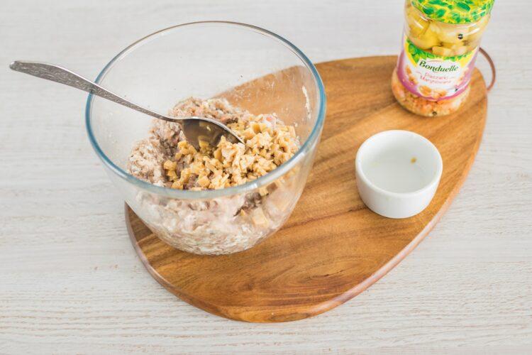 Kotleciki z białej kiełbasy z marynowanymi pieczarkami w sosie koperkowym - Krok 4