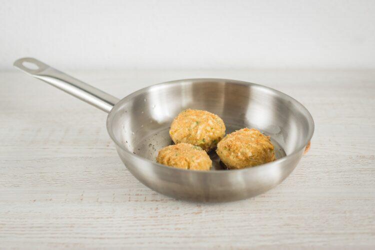 Kotlety z selera z sałatką z marynowanych pieczarek, pomidorów i jajek przepiórczych - Krok 4