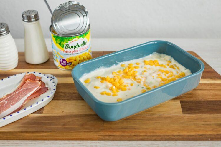 Jajka zapiekane z szynką, pomidorkami i kukurydzą w sosie serowym - Krok 4