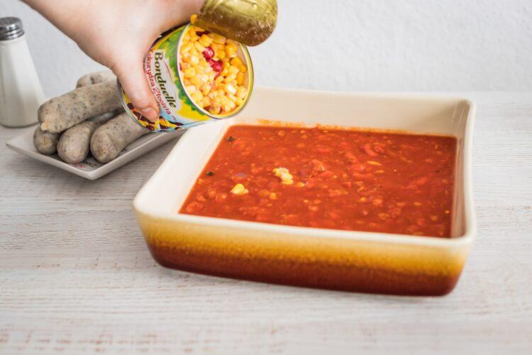 Biała kiełbasa pieczona w sosie pomidorowo paprykowym z kukurydzą złocistą z czerwoną fasolą - Krok 4