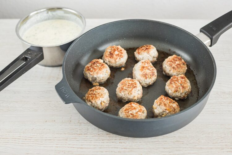 Kotleciki z białej kiełbasy z marynowanymi pieczarkami w sosie koperkowym - Krok 5