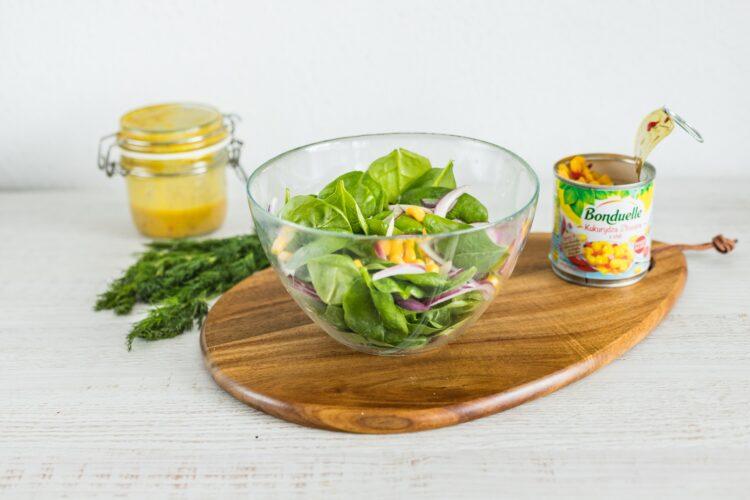 Sałatka ze szpinaku z kukurydzą złocistą z chili z jajkami marynowanymi w sosie sojowym - Krok 5