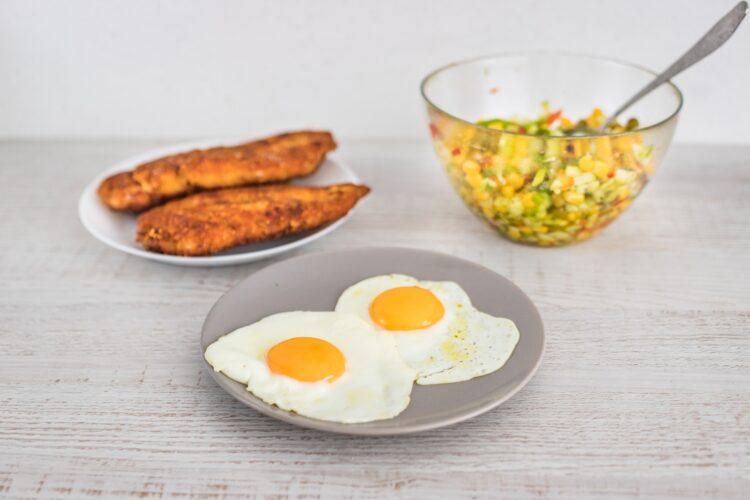 Sznycel drobiowy z jajkiem i salsą z ogórka i mieszanki meksykańskiej - Krok 5