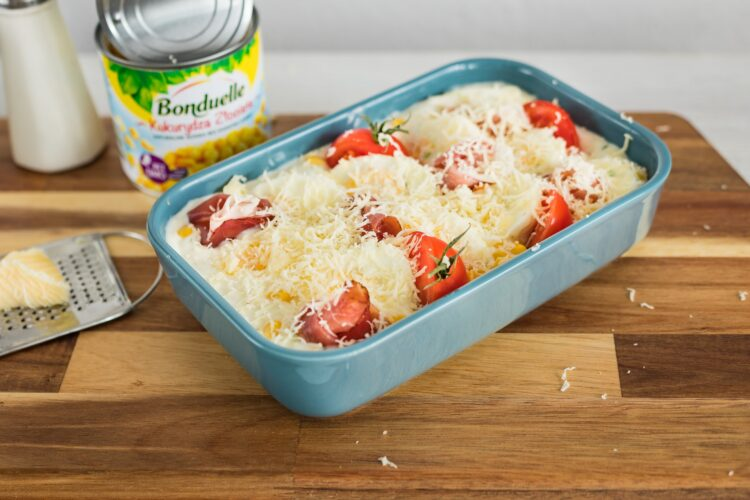 Jajka zapiekane z szynką, pomidorkami i kukurydzą w sosie serowym - Krok 5