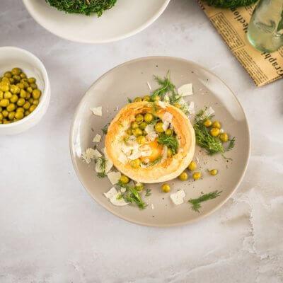 Jajka z groszkiem zapiekane w cieście francuskim