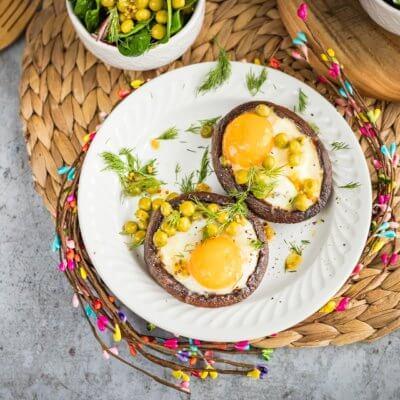 Grzyby portobello z jajkiem i groszkiem z wiosenną sałatką