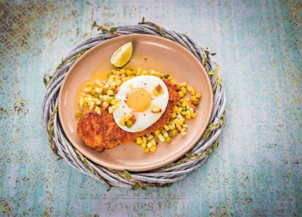 Sznycel drobiowy z jajkiem i salsą z ogórka i mieszanki meksykańskiej