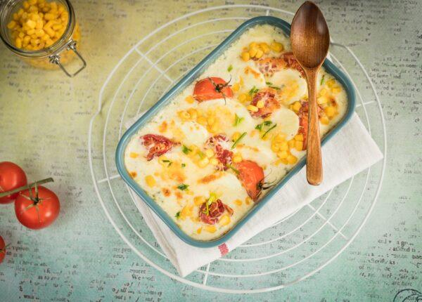 Jajka zapiekane z szynką, pomidorkami i kukurydzą w sosie serowym