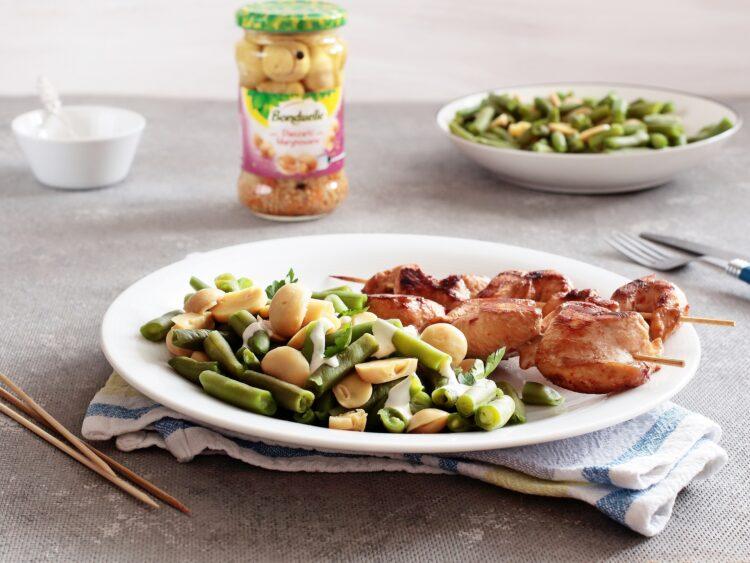 Szaszłyki drobiowe z sałatką z fasolki szparagowej i marynowanych pieczarek