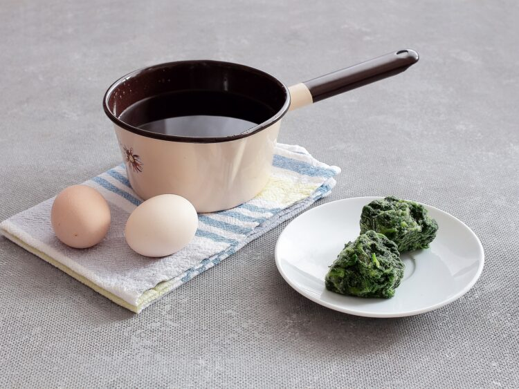 Pasta z zielonego groszku, jajek i szpinaku - Krok 1