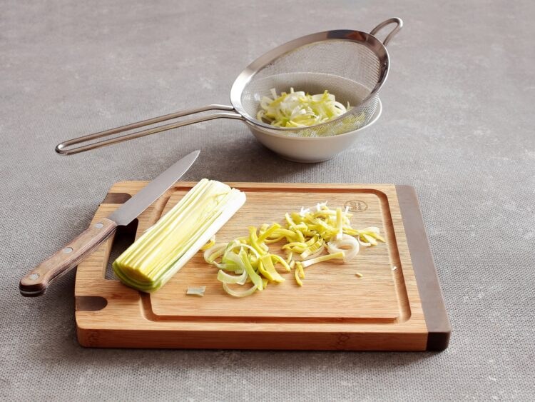 Sałatka z marynowanych pieczarek, zielonego groszku i żółtego sera - Krok 2