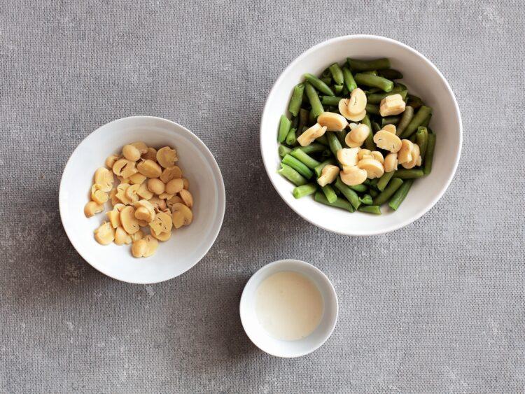 Szaszłyki drobiowe z sałatką z fasolki szparagowej i marynowanych pieczarek - Krok 4
