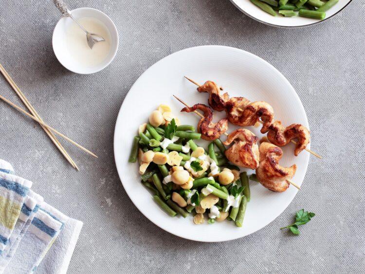 Szaszłyki drobiowe z sałatką z fasolki szparagowej i marynowanych pieczarek - Krok 5