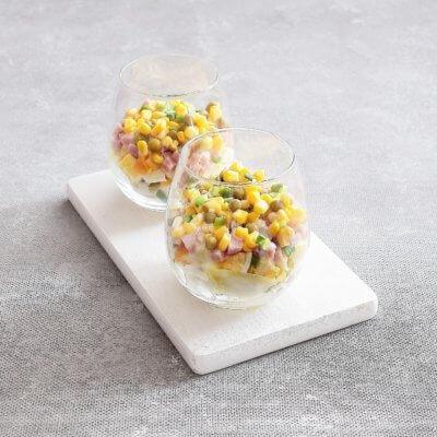 Sałatka warstwowa z jajek, kukurydzy i zielonego groszku