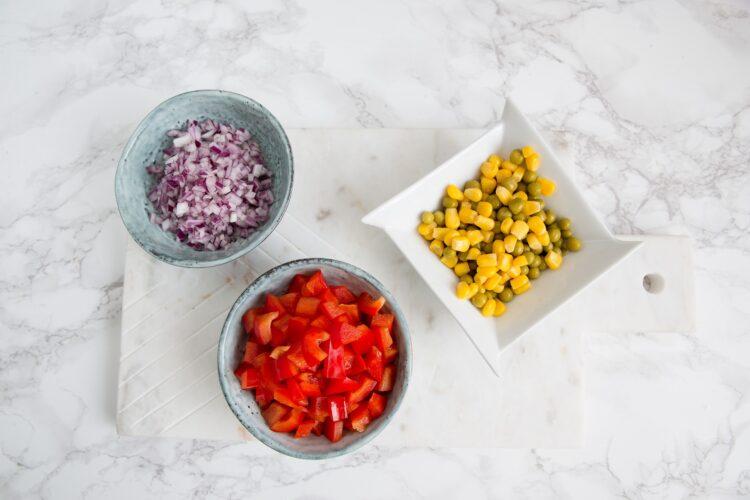 Kolorowe śledzie z kukurydzą i groszkiem - Krok 2