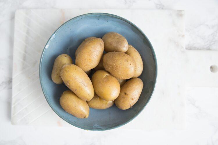 Biała kiełbasa z wiosenną sałatką ziemniaczaną - Krok 2