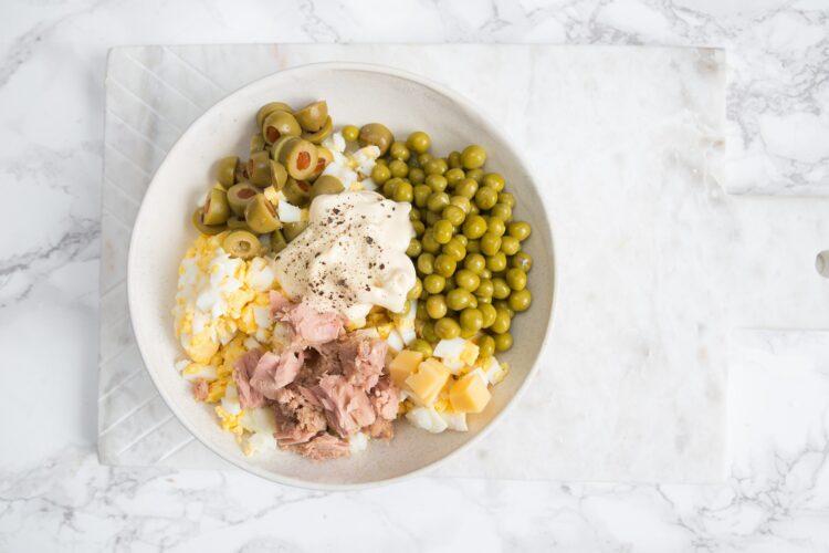 Pomidory faszerowane sałatką z sera i tuńczyka - Krok 3