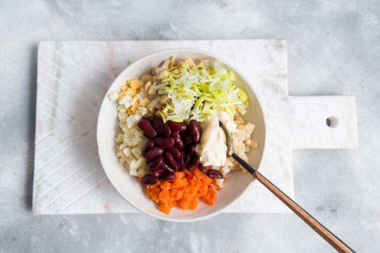 Sałatka warzywna z fasolą i pieczarkami - Krok 4