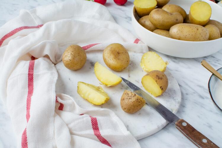 Świąteczna sałatka z kiełbasą, ziemniakami, kukurydzą i groszkiem - Krok 1