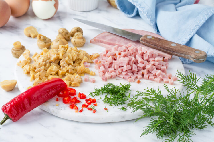 Jajka faszerowane marynowanymi pieczarkami z szynką - Krok 1
