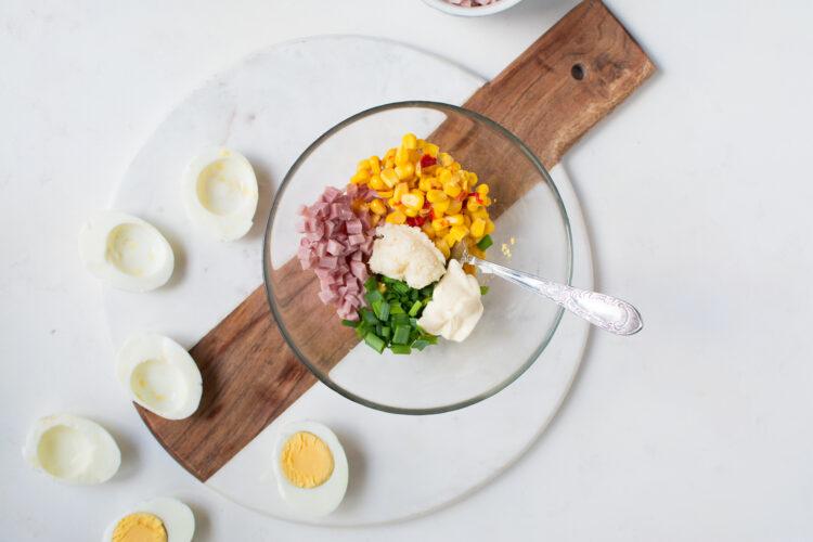 Jajka z nadzieniem chrzanowo-szynkowym z kukurydzą i chili - Krok 3