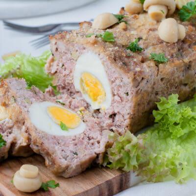 Pieczeń rzymska z jajkiem i marynowanymi pieczarkami
