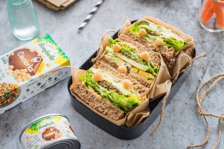 Razowe tosty z pastą z cieciorki, jajkiem i zielonymi warzywami