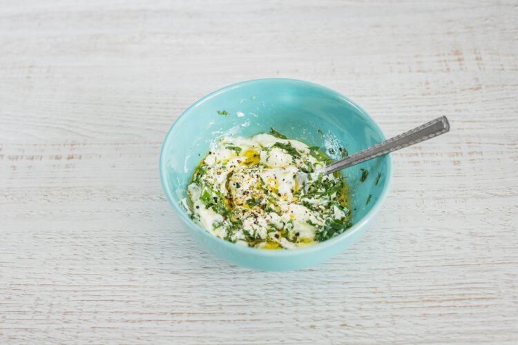 Placki z marchewki, indyka i cieciorki z dipem jogurtowym - Krok 1
