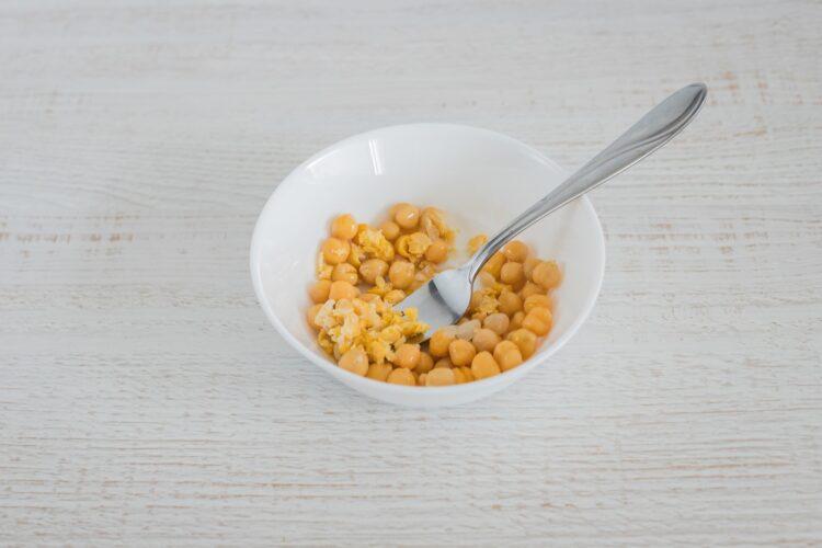Placki z marchewki, indyka i cieciorki z dipem jogurtowym - Krok 2