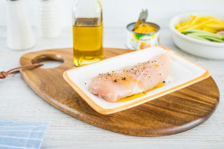 Quinoa z mango, ogórkiem, kukurydzą i rzodkiewką z grillowanym kurczakiem - Krok 2