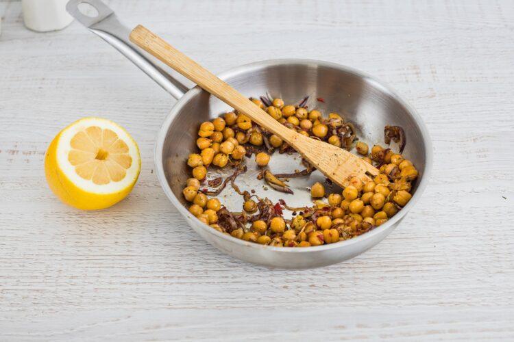 Sałatka z quinoa ze smażoną cieciorką, szpinakiem i fetą - Krok 2