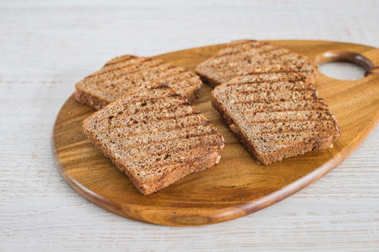 Razowe tosty z pastą z cieciorki, jajkiem i zielonymi warzywami - Krok 3