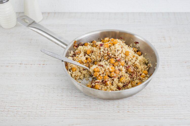 Sałatka z quinoa ze smażoną cieciorką, szpinakiem i fetą - Krok 3