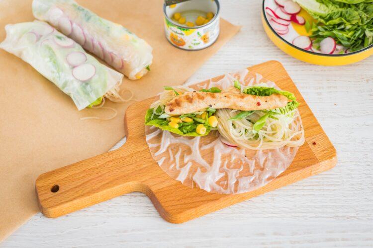 Spring rolls z kurczakiem kukurydzą i rzodkiewką - Krok 4