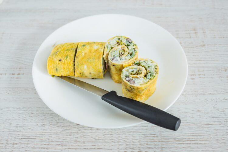 Jajeczne roladki z czerwoną fasolą, ogórkiem i kiełkami rzodkiewki - Krok 5
