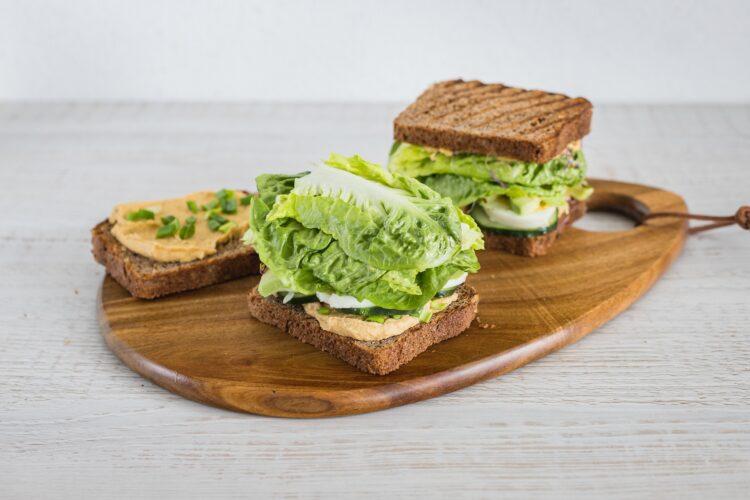 Razowe tosty z pastą z cieciorki, jajkiem i zielonymi warzywami - Krok 5