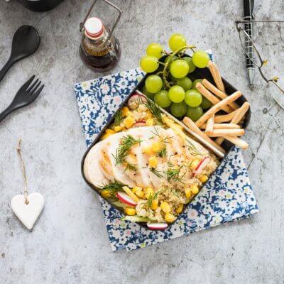 Quinoa z mango, ogórkiem, kukurydzą i rzodkiewką z grillowanym kurczakiem